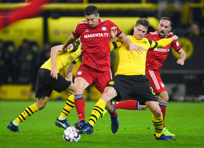 Łukasz Piszczek (drugi z prawej) wyleczył kontuzję i wrócił do kadry Borussii przed meczem z Bayernem. Obok z piłką Robert Lewandowski /AFP