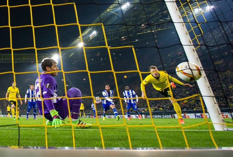 Łukasz Piszczek (pierwszy z prawej) przed chwilą strzelił gola dla Borussii Dortmund /AFP