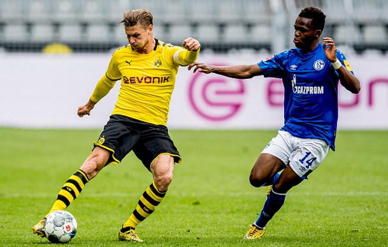 Łukasz Piszczek w meczu z Schalke. Obok niego Rabbi Matondo /Alexandre Simoes/Borussia Dortmund /Getty Images