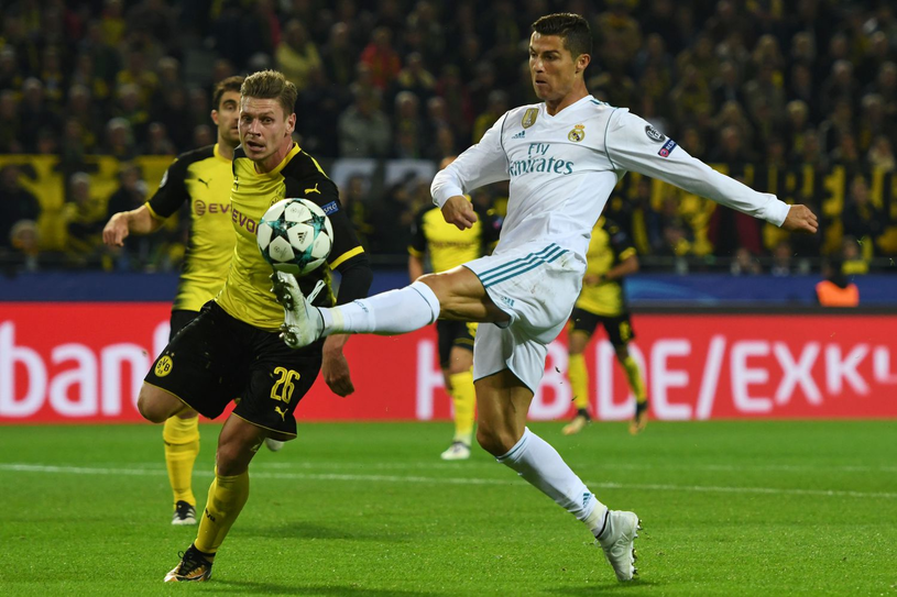 Łukasz Piszczek w walce z Cristiano Ronaldo /AFP