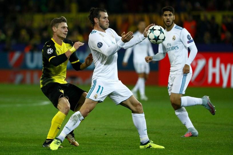 Łukasz Piszczek (z lewej) w walce o piłkę z Garethem Bale'em /AFP