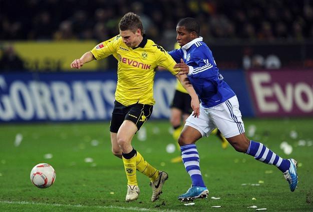 Łukasz Piszczek (z lewej) w walce z Jeffersonem Farfanem z Schalke 04 Gelsenkirchen /AFP