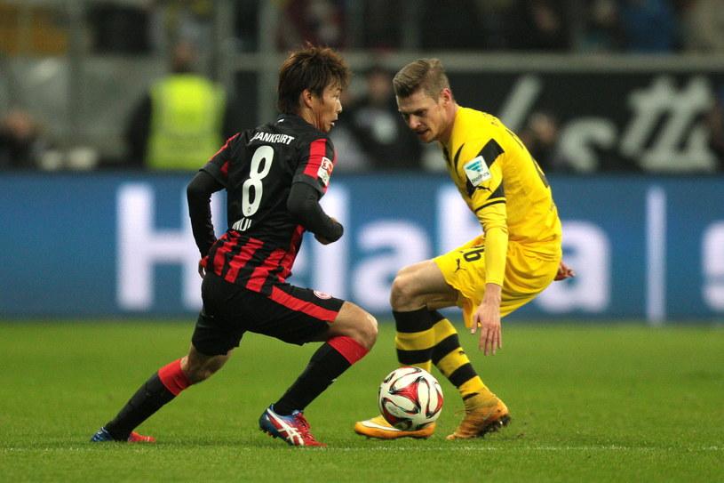 Łukasz Piszczek (z prawej) doznał kontuzji w meczu z Eintrachtem Frankfurt /PAP/EPA