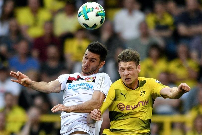 Łukasz Piszczek (z prawej) w meczu z Bayerem Leverkusen /PAP/EPA
