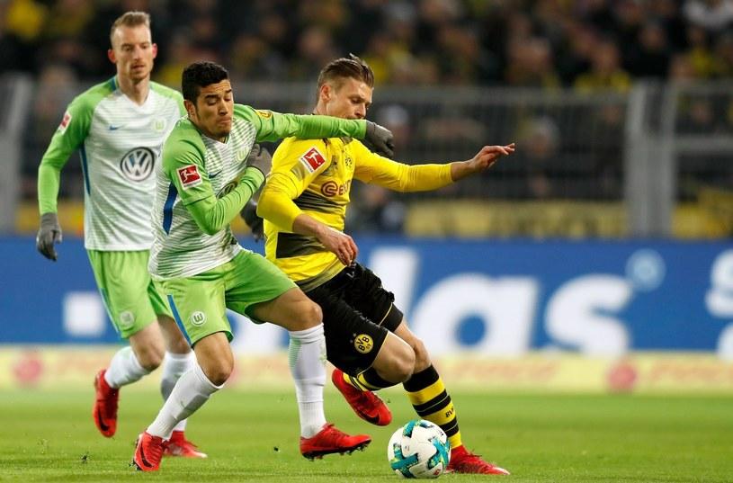 Łukasz Piszczek (z prawej) w walce z piłkarzem VfL Wolfsburg De Asevedo Furtado /PAP/EPA