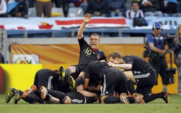 Łukasz Podolski i świetnie rozumiejąca się paczka. /AFP