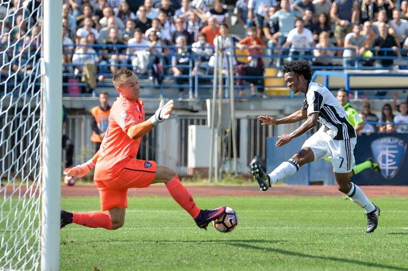 Łukasz Skorupski kontra Juan Cuadrado z Juventusu /AFP