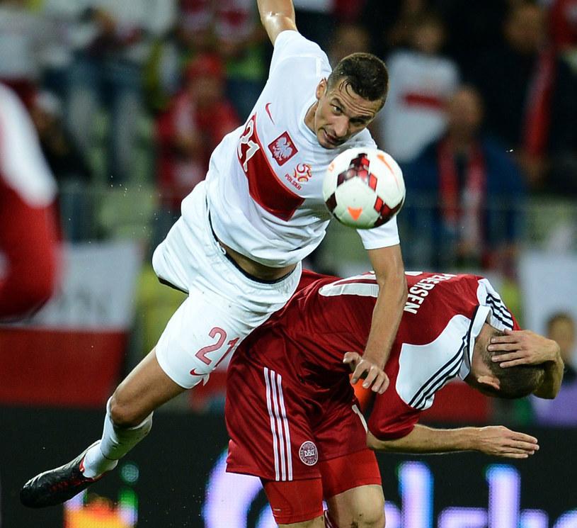 Łukasz Szukała (na biało) w walce o piłkę /AFP