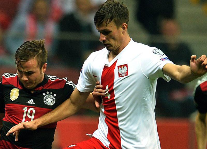 Łukasz Szukała (z prawej) w walce z Niemcem Mario Goetzem /AFP