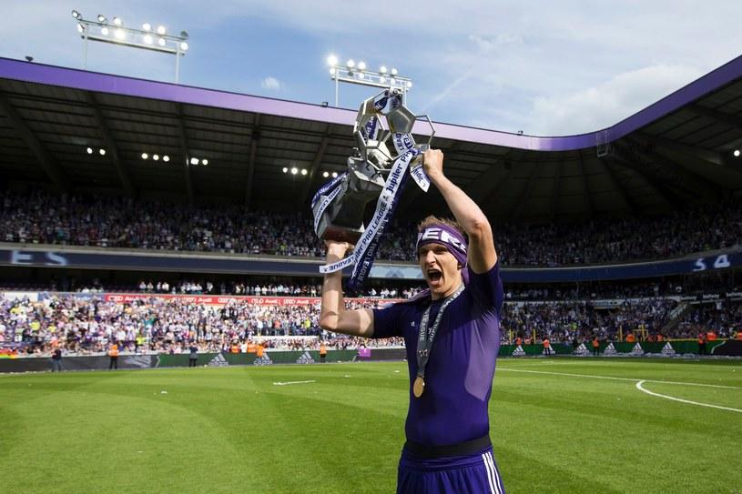 Łukasz Teodorczyk cieszący się z mistrzostwa kraju /KRISTOF VAN ACCOM /AFP