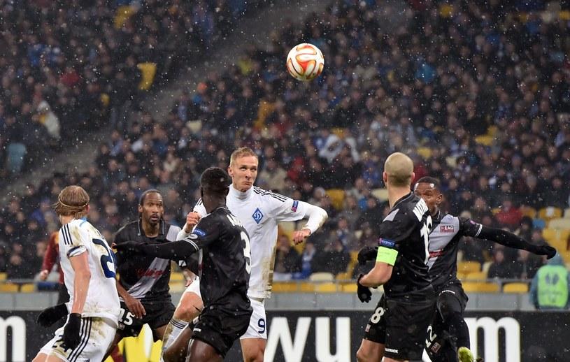 Łukasz Teodorczyk (w środku) strzela gola dla Dynama Kijów /AFP