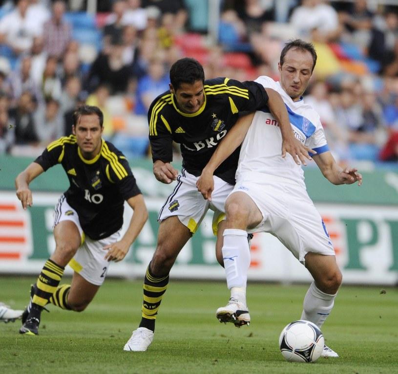 Łukasz Trałka (z prawej) podczas meczu Lecha z AIK /PAP/EPA