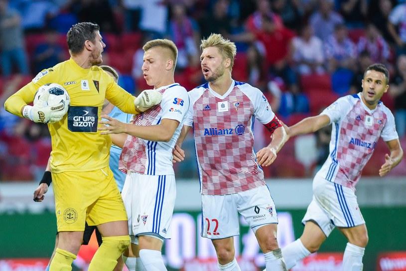 Łukasz Załuska (z lewej) w meczu z Górnikiem /Marcin Pirga /Newspix