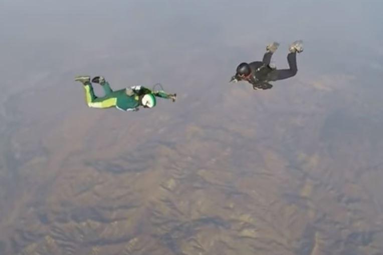 Luke Aikins (w zielonym kostiumie) podczas skoku /YouTube