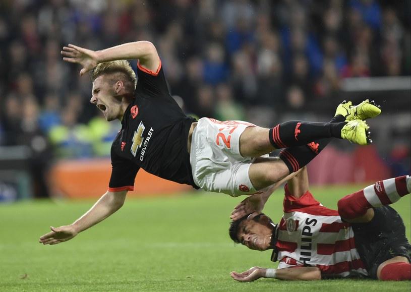 Luke Shaw doznał kontuzji w meczu z PSV Eindhoven /AFP