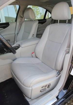 Luksusowe fotele mają wyjątkowo szeroki zakres regulacji (także samych oparć). /Motor