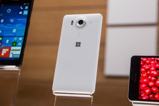 Lumia 950 jako jedna z nielicznych działa pod kontrolą Windowsa 10 /AFP