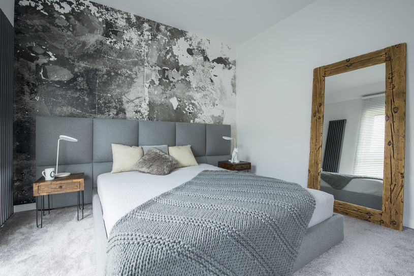 Lustra w drewnianych ramach czy fantazyjne grafiki  to akcesoria, które pozwolą nadać wnętrzu sypialni holenderskiego charakteru /123RF/PICSEL