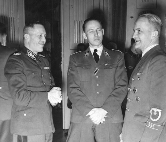Lutz Schwerin von Krosigk (z lewej), Otto von Wachter (w środku) i Alfons Spindler (z prawej) podczas spotkania w Krakowie /Ze zbiorów Narodowego Archiwum Cyfrowego