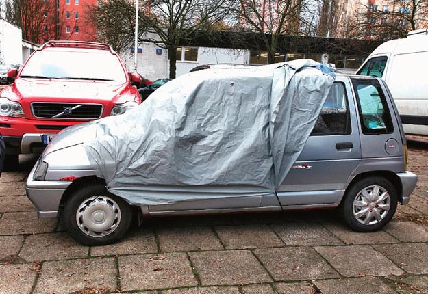 Luźna plandeka porusza się pod wpływem wiatru i może zarysować lakier lub się podwinąć. /Motor