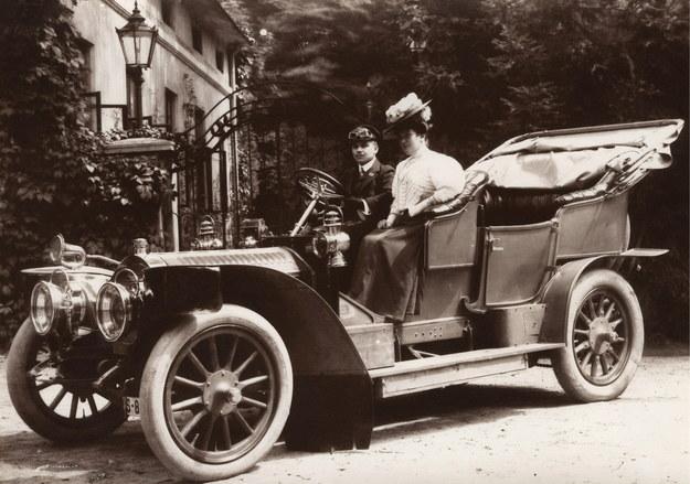 Lwów - 1922 r. Para w samochodzie marki Ford /Z archiwum Izy Wojciechowskiej /Agencja FORUM