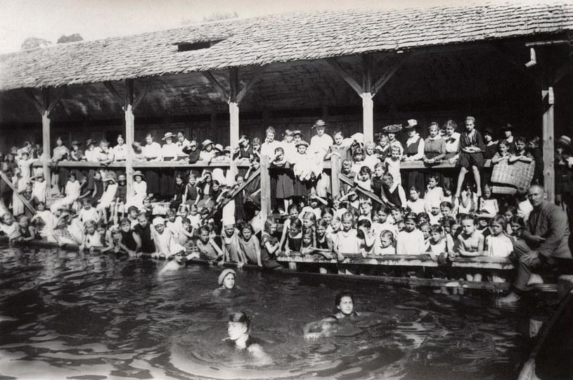 Lwów. Pływalnia miejska na stawie Pelczyńskim. Fotografia z 1905 r. / z archiw. IZY WOJCIECHOWSKIEJ /Agencja FORUM