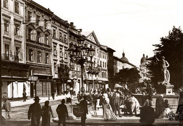 Lwów - Rynek i fontanna Neptuna /z archiw. Izy Wojciechowskiej /Agencja FORUM