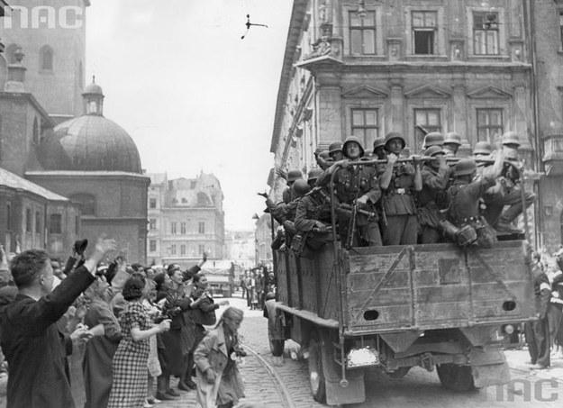 Lwów. Ukraińcy witają wkraczające do miasta wojsko niemieckie /Z archiwum Narodowego Archiwum Cyfrowego