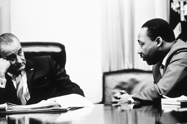 Lyndon B. Johnson (L) i Martin Luther King Jr. Fot. Hulton Archive.jpg /Getty Images/Flash Press Media
