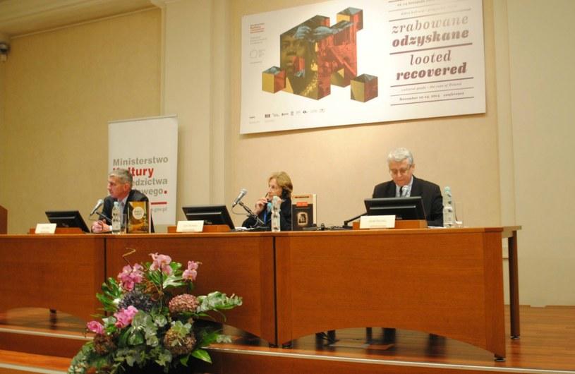 """Lynn Nicholas (w środku). Międzynarodowa konferencja """"Zrabowane - odzyskanie"""" w MCK /Ewelina Karpńska-Morek /INTERIA.PL"""