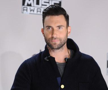 """Łysy Adam Levine w nowym teledysku Maroon 5 """"Nobody's Love"""". Zobacz!"""