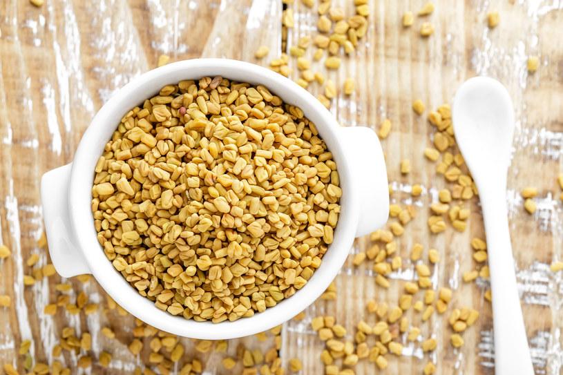 Łyżkę drobno potłuczonych nasion zalej szklanką wody i gotuj pięć minut /123RF/PICSEL