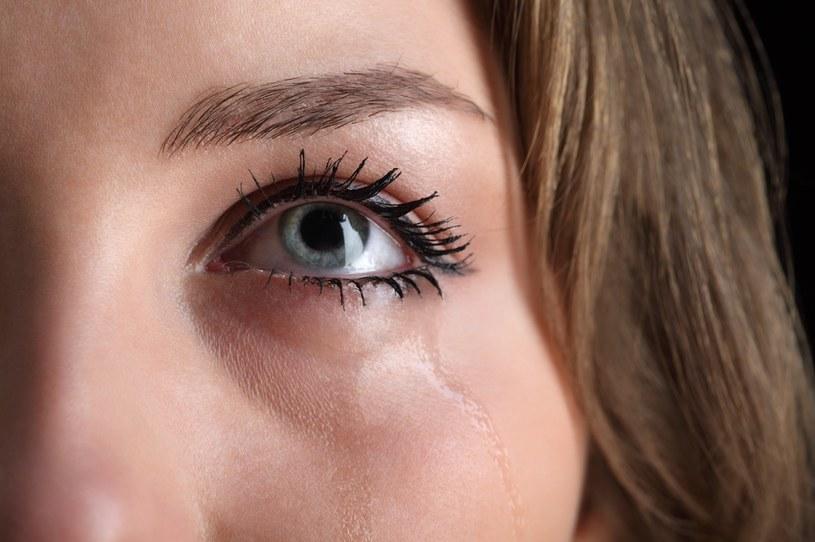 Łzawienie oczu może być wywołane różnorodnymi czynnikami /123RF/PICSEL