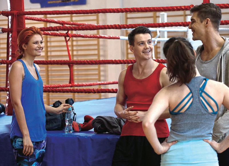 """""""M jak miłość"""": Kuba jest wyraźnie zainteresowany uroczą koleżanką ukochanej Marcina /Tele Tydzień"""