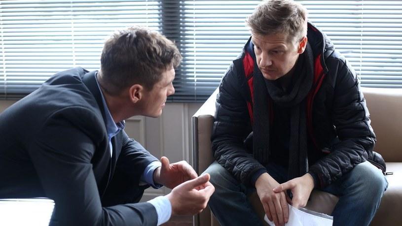 """""""M jak miłość"""": Marcin prosi Pawła, by w jego zastępstwie pojechał na Wietrzną i zainstalował piec w mieszkaniu Joanny /www.mjakmilosc.tvp.pl/"""