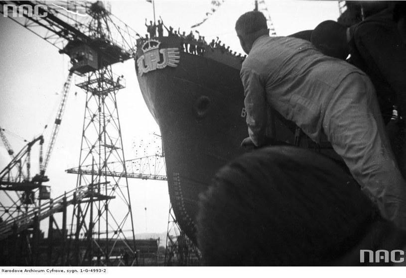 """M/s """"Batory"""". Wodowanie polskiego transatlantyku we włoskiej stoczni Monfalcone. 8 kwietnia 1936 r. /Z archiwum Narodowego Archiwum Cyfrowego"""