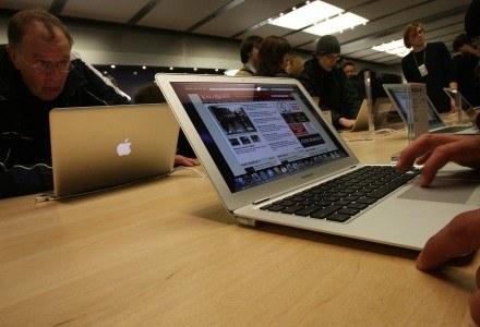 MacBook przyciąga uwagę - tego nie można mu odmówić. /AFP