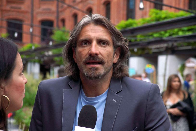 Maciej Dowbor  przez ostatni rok przyzwyczaił fanów do długiej brody i włosów. Dziennikarz często żartował ze swojego wyglądu /credit TRICOLORS/East News /East News