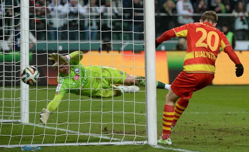 Maciej Gajos strzela swojego drugiego gola w meczu z Legią /Fot. Bartłomiej Zborowski /PAP