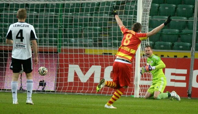 Maciej Gajos strzelił pięknęgo gola, debiutującemu w Legii, Arkadiuszowi Malarzowi /Bartłomiej Zborowski /PAP