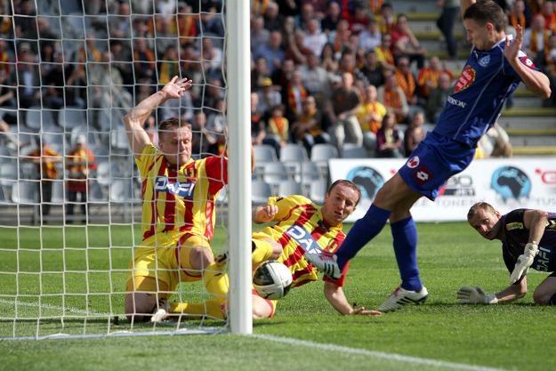 Maciej Jankowski (niebieski strój) strzelił jedynego gola dla Ruchu/fot. Piotr Polak /PAP
