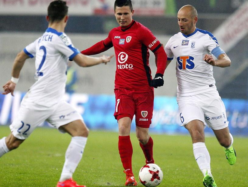 Maciej Jankowski (w środku) był najsłabszy na boisku i w przerwie został zmieniony /Andrzej Grygiel /PAP