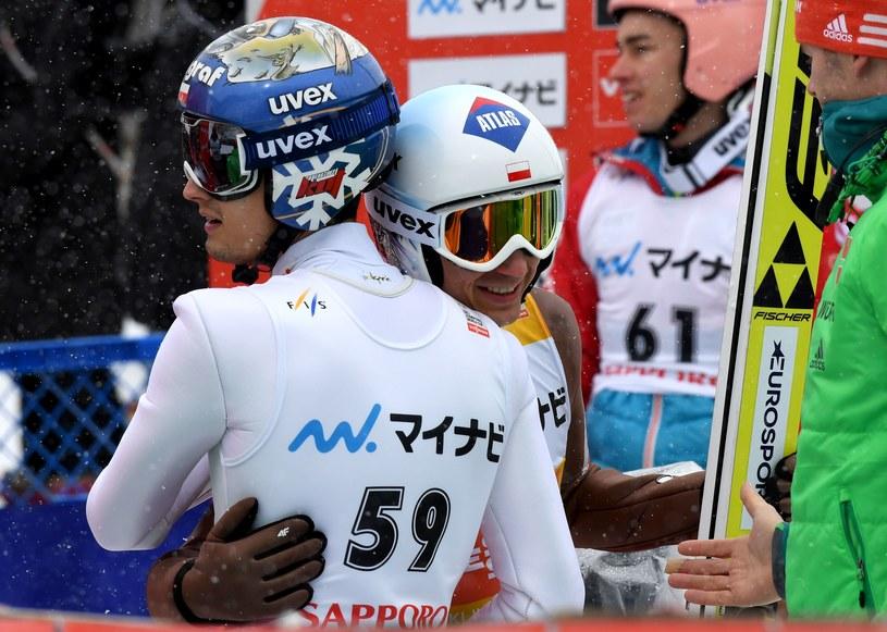 Maciej Kot gratuluje Kamilowi Stochowi zwycięstwa w Sapporo /AFP