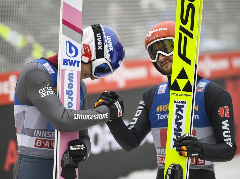 Maciej Kot (z lewej) musiał uznać wyższość Markusa Eisenbichlera w konkursie w Innsbrucku /PAP/EPA