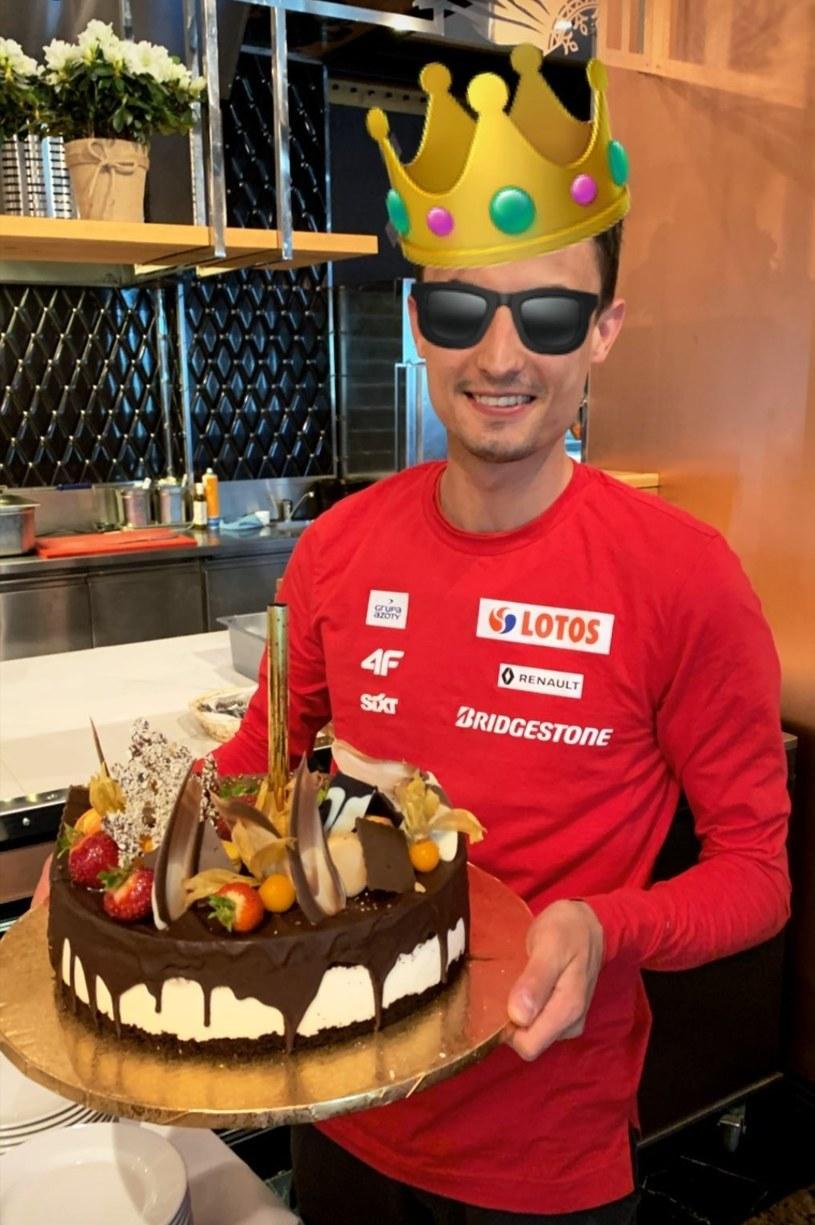 Maciej Kot z urodzinowym tortem/ Źródło: Instagram @maciejkot /