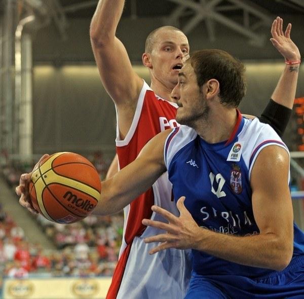 Maciej Lampe i Serb Nenad Krstic /AFP
