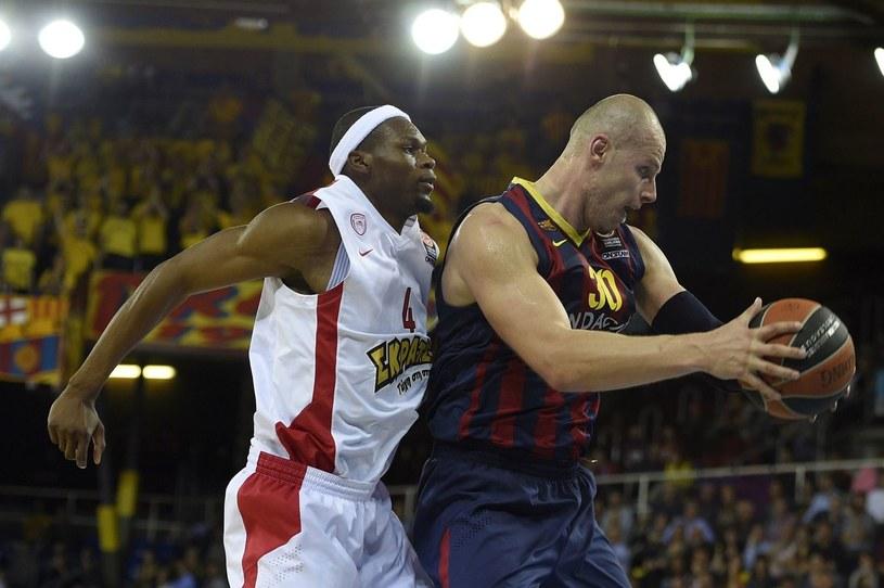 Maciej Lampe (z piłką) grał niegdyś w letniej lidze NBA /AFP