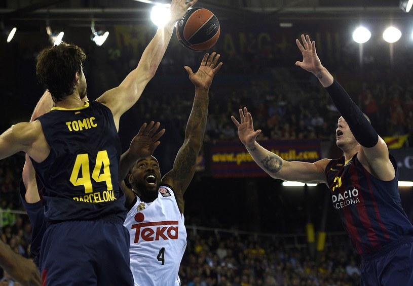Maciej Lampe (z prawej) pomógł Barcelonie pokonać Real Madryt /AFP