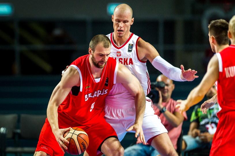 Maciej Lampe (z tyłu) podczas meczu z Białorusią /Tytus Żmijewski /PAP