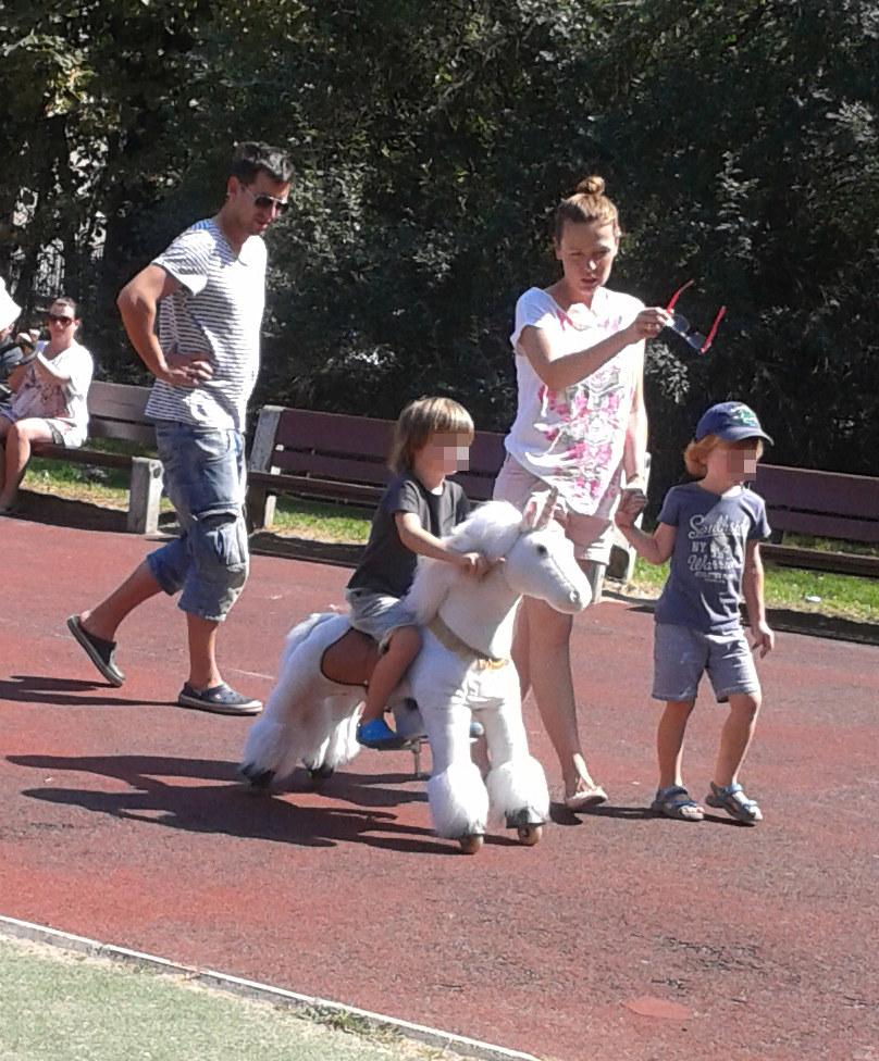 Maciej Rock z żoną i dziećmi /Foto IP